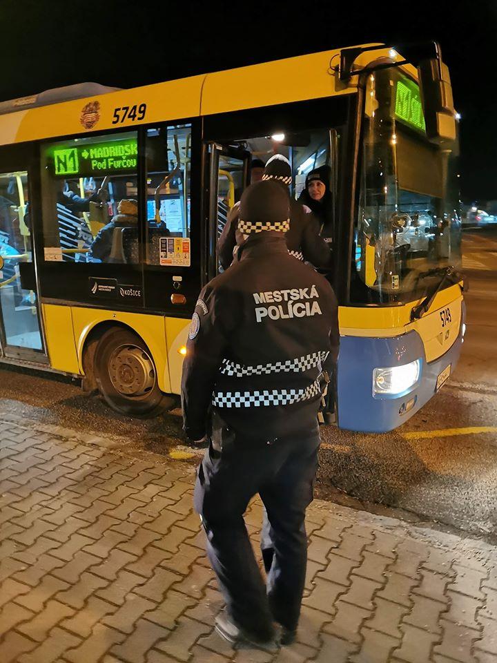 Policajná kontrola v nočnej MHD