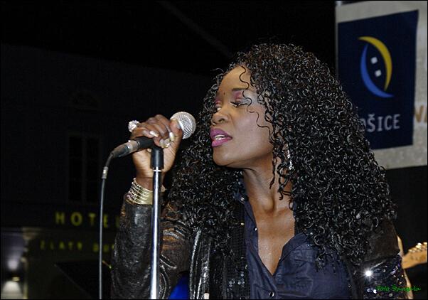 Nicol J.McCloud, americká speváčka žijúca pri Košiciach