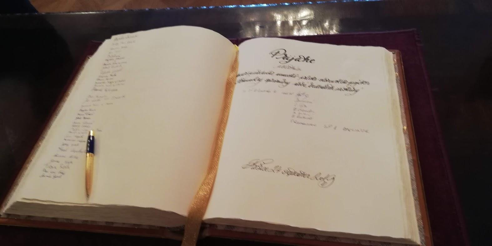 Nechýbal podpis do Pamätnej knihy