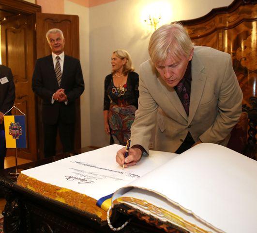 Podpisovanie prednášateľov do slávnostnej kroniky mesta