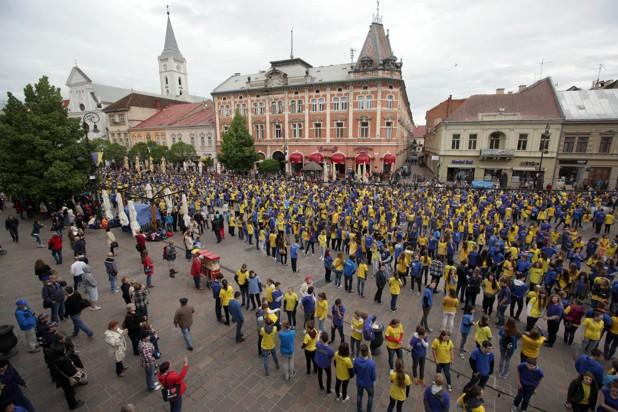 Hlavná ulica plná tanečníkov