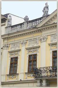 Za týmito oknami radnice stáročia sídlil archív
